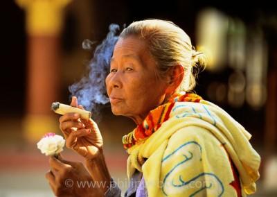 Femme fumant un cheerot