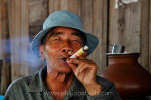 voyage photo Birmaniee - homme fumant cheerot