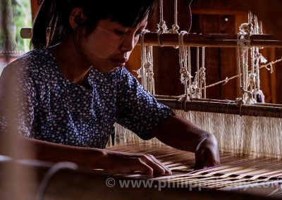 BIRMANIE, LAC INLE, TISSAGE SOIE//Burma, Myanmar, Shan state, Inle Lake, Silk Weaving