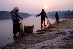 Cambodge, province de Kompong Thom, rivière Stung Treng - scène de pêche - Voyage photo au Cambodge