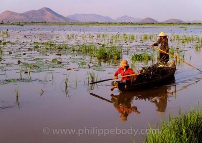 BATELIERS SUR LE TONLE SAP, KOMPONG CHHNANG, CAMBODGE//CAMBODIA, KOMPONG CHHNANG, BOATMAN ON THE LAKE