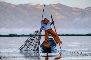 Pêcheur Intha avec sa nasse géante